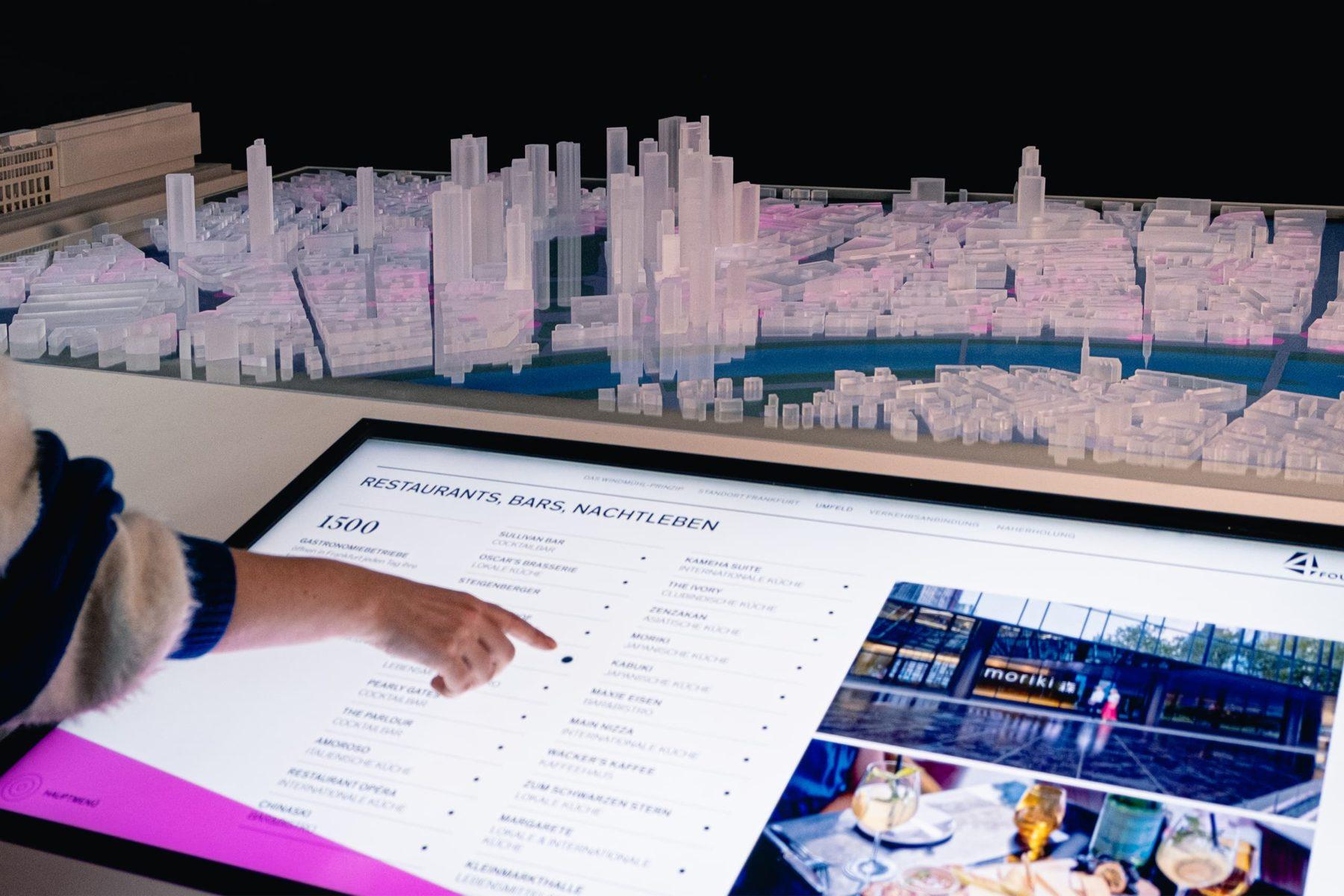 Architekturmodell des FOUR und Stadtmodell von Frankfurt in Acryl im Maßstab 1:1300 zur Präsentation des Immobilienprojekts FOUR Frankfurt von Groß&Partner.