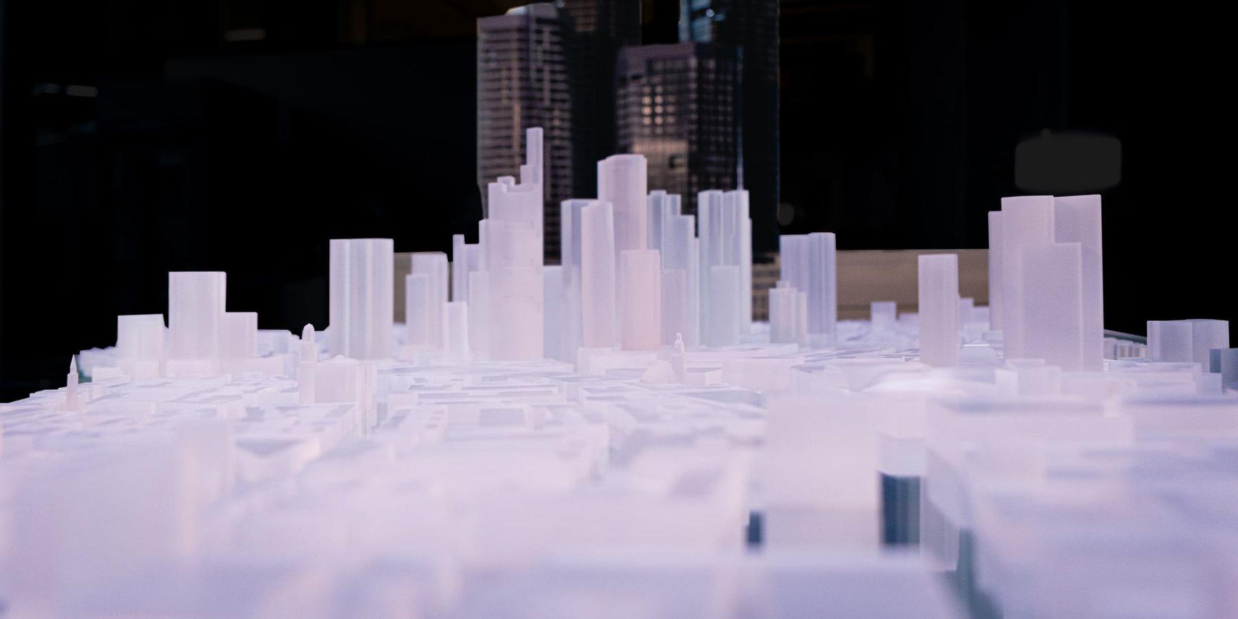 Architekturmodell des FOUR und Stadtmodell von Frankfurt in Acryl