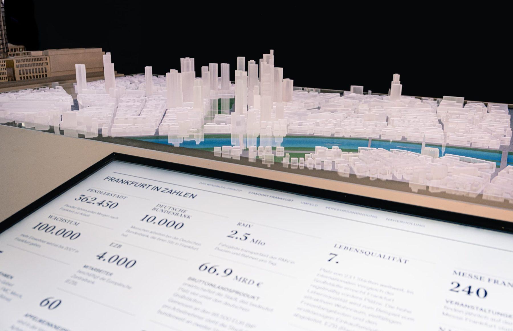 Architekturmodell des FOUR und Stadtmodell von Frankfurt in Acryl mit vorgelagerten MultiTouch