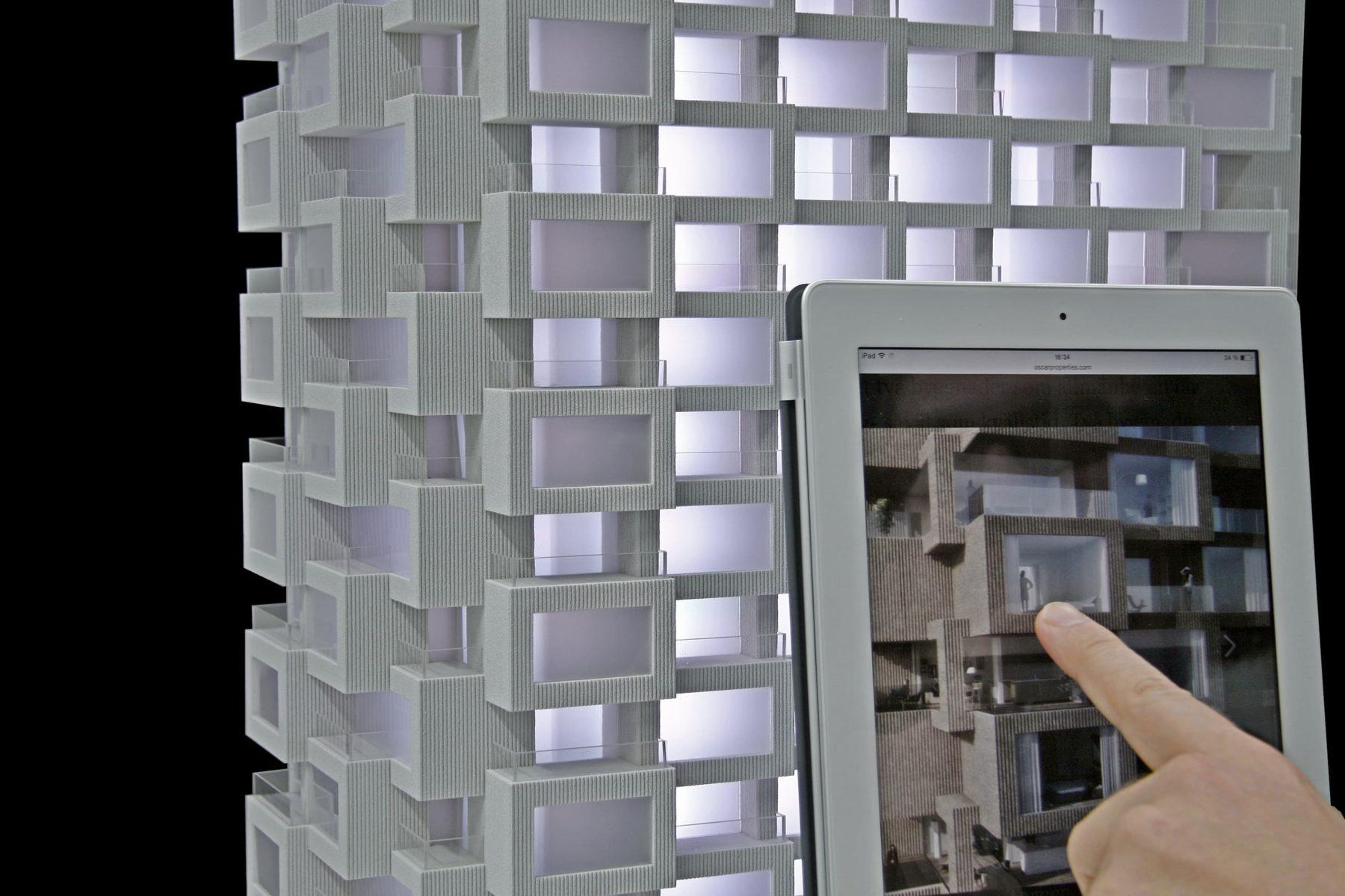 Nahaufnahme auf Architekturmodell im Vordergrund Real Estate Konfigurator App aufIPad
