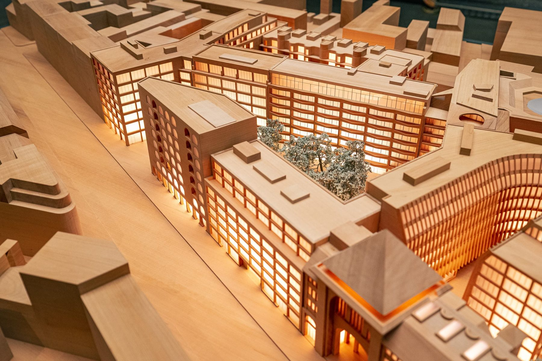 Stadtteilmodell Berlin aus Holz, Nahaufnahme auf Immobilienprojekt Am Tacheles