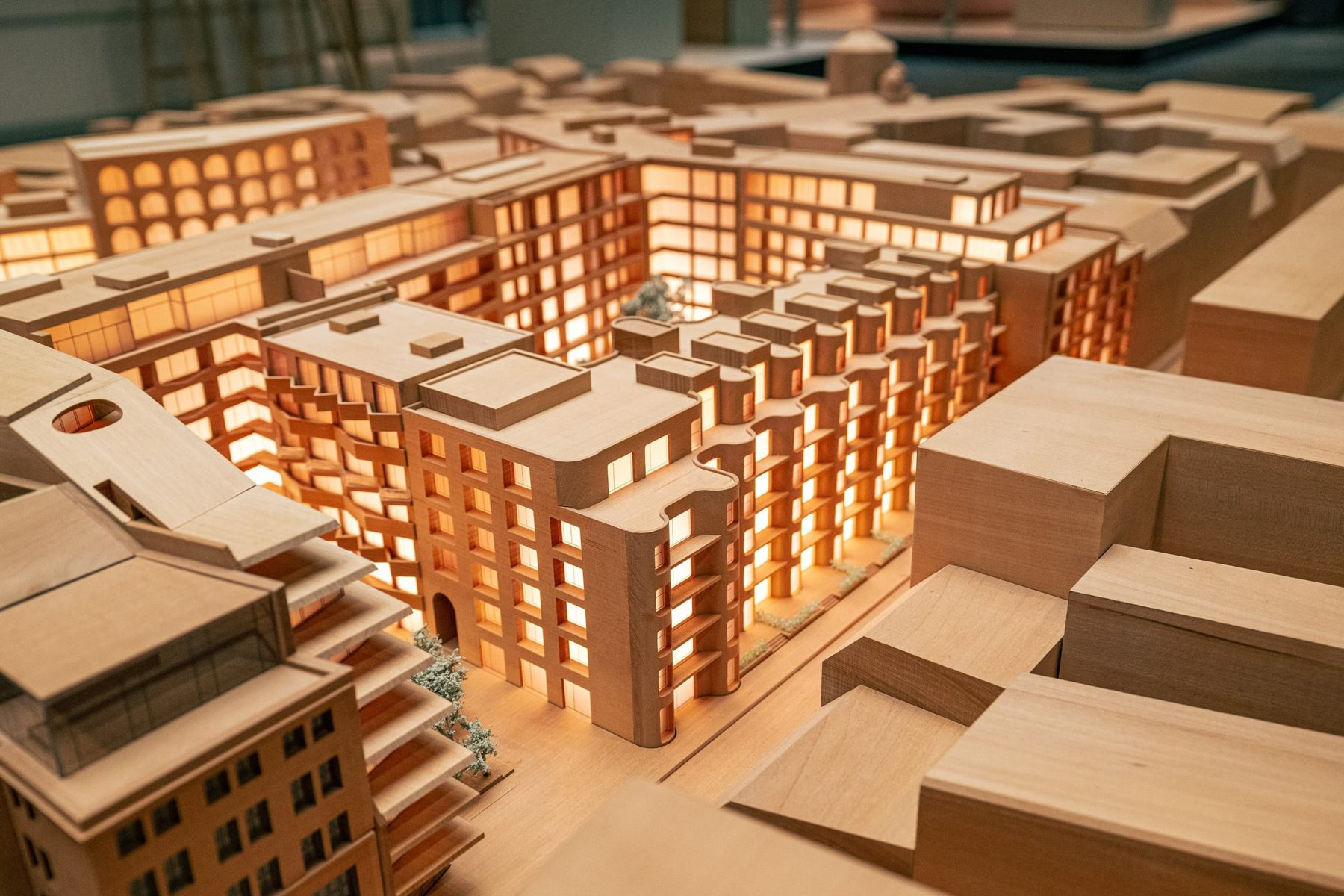 Statdmodell Berlin aus Holz, Nahaufnahme auf Immobilienprojekt Am Tacheles