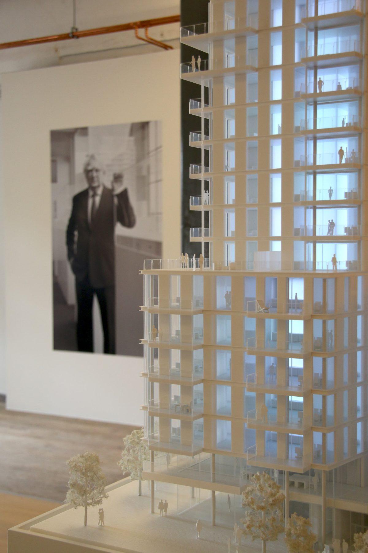 Nahaufnahme Architekturmodell Quantum Strandhaus von Richard Meier Architekten, inszenierung im Showroom von Engel & Völkers